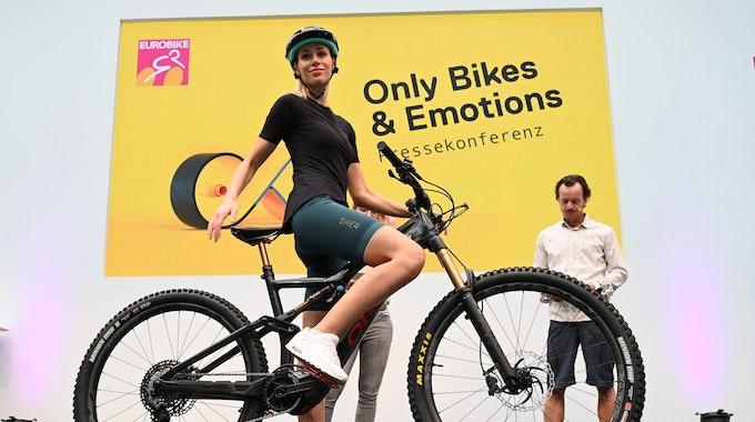 Extra für Frauen wurde die Fahrradhose Forza von Sher entwickelt. Sie besitzt im Rückenbereich einen Reißverschluss. Wer unterwegs mal muss, verliert bei der Pipi-Pause keine Zeit. Das Produkt wird am 31. August 2021 vorab auf der Eurobike in Friedrichshafen präsentiert.