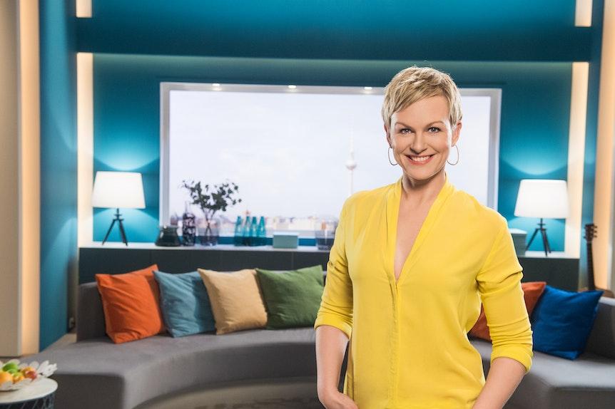 """Karen Heinrichs steht im Sat.1-""""Frühstücksfernsehen"""" Kulisse und lächelt in die Kamera. Das Pressefoto wurde am 31.08.2021 von der Sat.1-Presseseite heruntergeladen."""