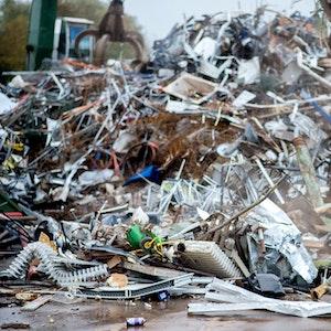 Sortierter Metallschrott liegt auf einem Recyclinghof auf einem Stapel.
