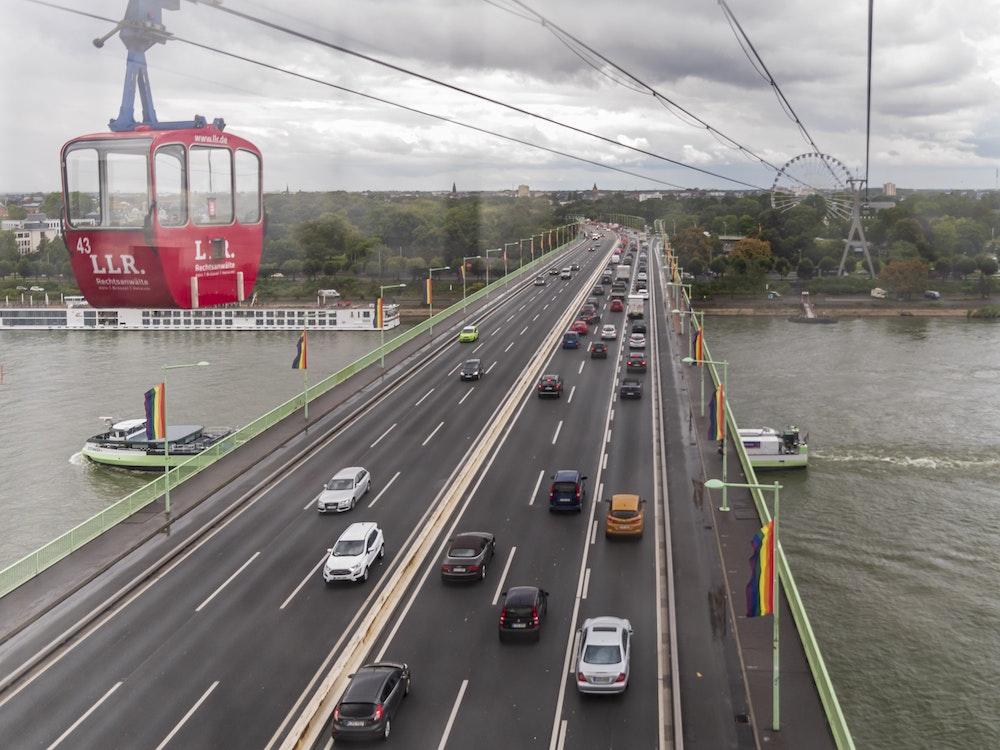 Seilbahn über der Zoobrücke in Köln.