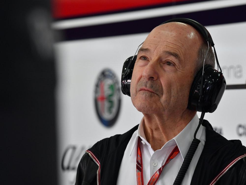 Peter Sauber schaut während des Spanien-Grand-Prix 2018 auf einen Monitor.
