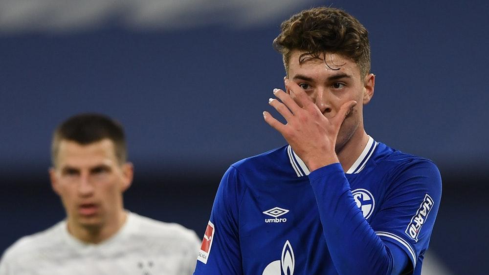 Schalkes Matthew Hoppe fasst sich vors Gesicht.