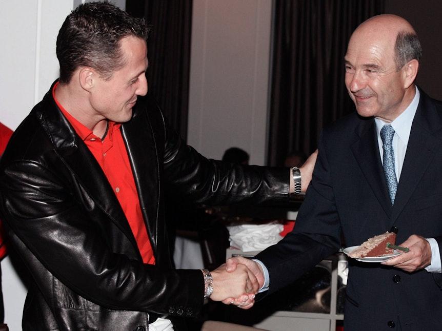 Williams-Teamchef Peter Sauber wird bei seinem persönlichen Ausscheiden aus der Formel 1 von Michael Schumacher verabschiedet.