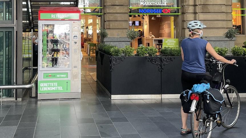 """Der """"Rettomat"""" am Frankfurter Hauptbahnhof gibt Lebensmitteln eine zweite Chance."""