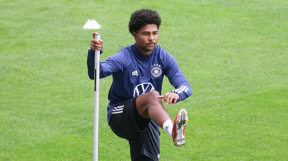 Serge Gnabry steht an einer Trainingsstange bei der Einheit der Nationalmannschaft.
