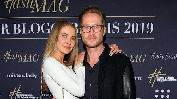 Julia Prokopy, Model, und Nico Schwanz, Schauspieler und Moderator, kommen über den roten Teppich zur Verleihung des 4. Deutschen Bloggerpreises in den Mozartsälen.