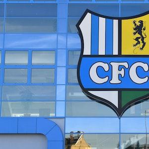 Das Vereinslogo des Chemnitzer FC am Stadion