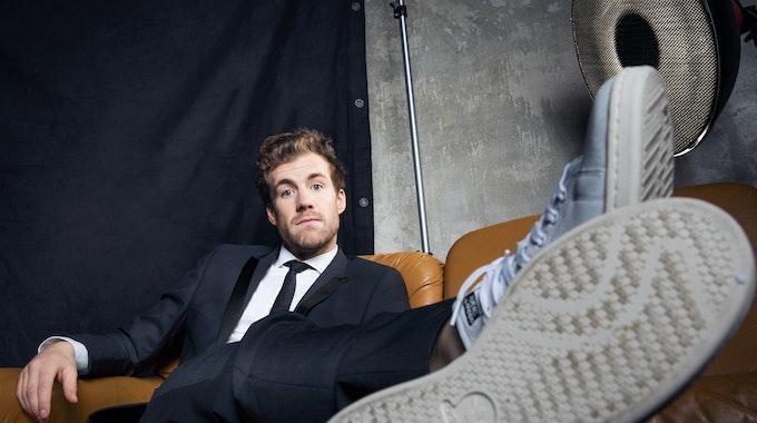 """Luke Mockridge ist schon länger erfolgreich für Sat.1 unterwegs, moderierte 2020 etwa """"Luke, allein zuhaus"""". Knapp eine Woche, nachdem sich Moderator Luke Mockridge zu den Sex-Vorwürfen äußerte, macht der Sender nun eine neue Show mit dem Comedian bekannt. Los geht es 2022."""