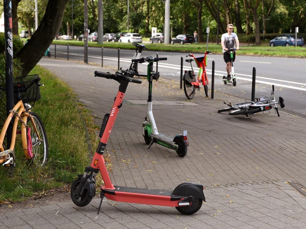 E-Scooter stehen auf dem Gehweg an der Aachener Straße in Köln.