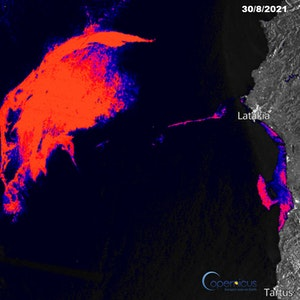 Ein riesiger Ölteppich treibt derzeit östlich der Mittelmeerinsel Zypern. Das Satellitenbild zeigt in Rot den Ölteppich zwischen Syrien (r.) und Zypern (l.)