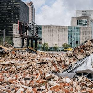 Trümmerteile eines Hauses haben ein Auto in New Orleans (Louisiana) begraben.
