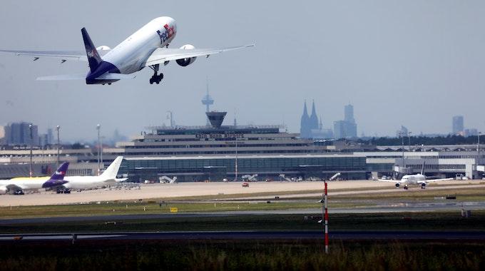 Ein Frachtflieger von FedEx hebt am Köln/Bonn Flughafen ab.
