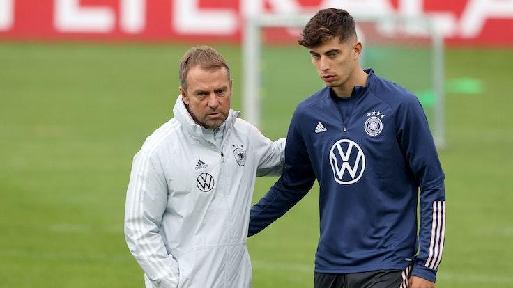 Bundestrainer Hans-Dieter Flick umarmt Kai Havertz vor dem Training.