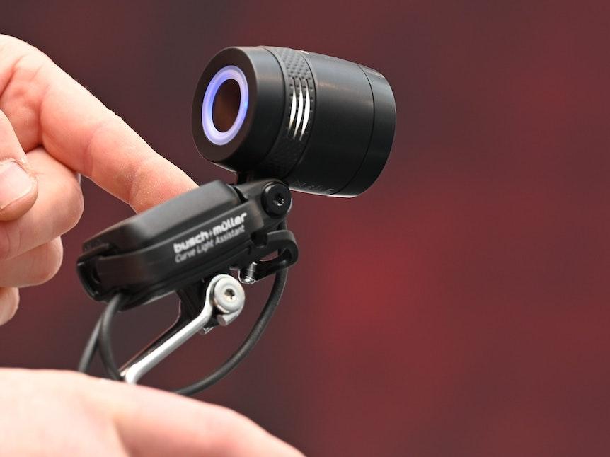 Innovationen zeigen Hersteller auch beim Licht. Der Leval Curve Light Assistant von Busch und Müller gleicht auch Schwankbewegungen aus.