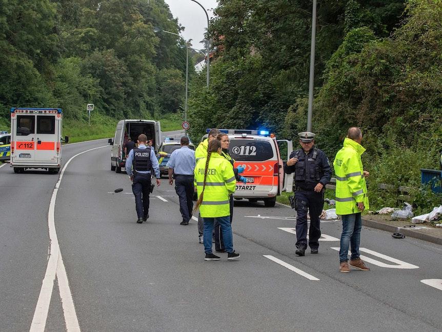 Polizisten stehen auf einer Straße.