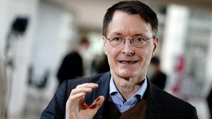 Karl Lauterbach, Gesundheitsexperte der SPD, gibt im März 2021 ein Interview im Bundestag. Er forderte, die Politik müsse jetzt eine klare Ansage machen, welche Gruppen bei den Auffrischimpfungen zuerst an der Reihe seien.