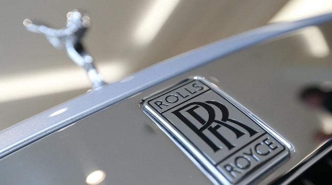 ARCHIV - 10.01.2019, Großbritannien, London: Das Logo eines Rolls-Royce.
