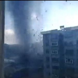 Ein Nutzer teilte auf Twitter das Video von dem Tornado, der durch die Stadt Huludao fegte. Und an seinem Fenster vorbei.