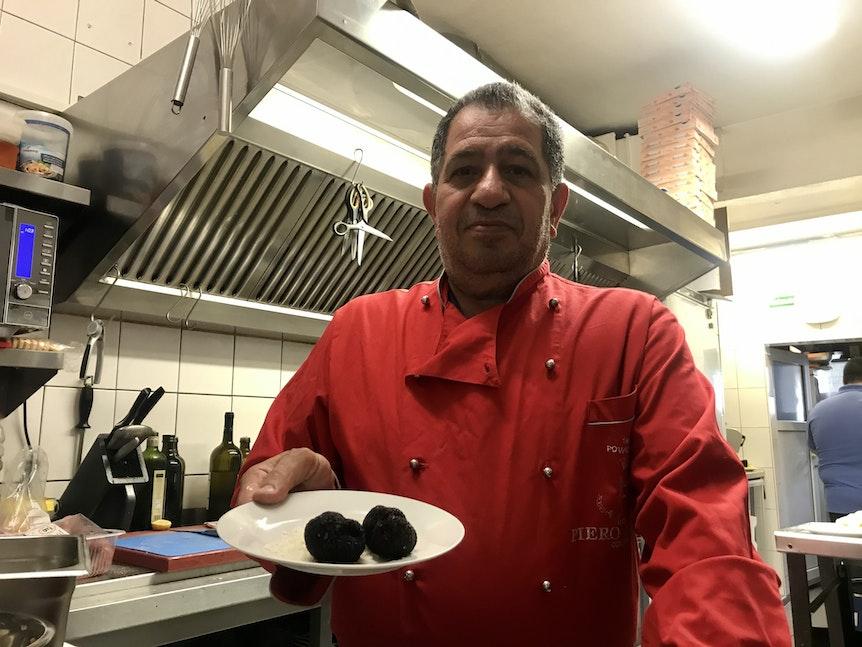 Carmelo Faraci zeigt einen Teller mit zwei Trüffeln.