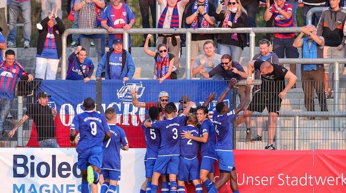 Die Spieler des KFC Uerdingen jubeln nach dem Treffer zum 1:0, bei dem Spiel der Regionalliga West zwischen KFC Uerdingen - SC Wiedenbrueck im Stadion Velbert am 25. August 2021 in Velbert.