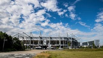 Der Borussia-Park, Stadion des Bundesligisten Borussia Mönchengladbach, samt Nebengebäude von außen am 2. Juli 2020.
