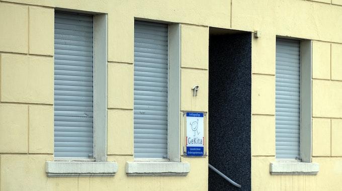"""Die Rolladen sind bei einer Mini-Kita heruntergelassen. Nach dem Tod eines zweijährigen Jungen in einer städtischen Mini-Kita in Gelsenkirchen ermittelt die Polizei """"in alle Richtungen""""."""