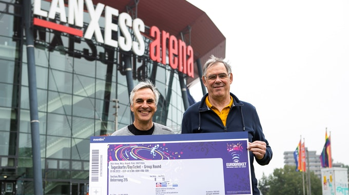 Stephan Baeck (links), Trainer der RheinStars Köln und Ex-Nationalspieler Klaus Zander halten eines der begehrten Day Tickets in den Händen.