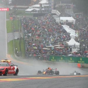 Max Verstappen fährt im Regen in Spa hinter dem Safety-Car her.