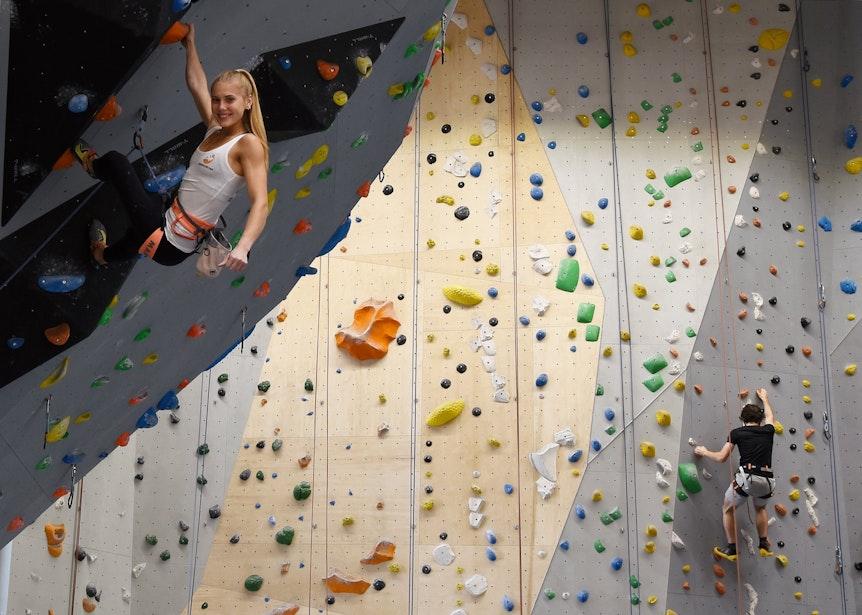 Hannah Meul beim Klettern in Steillage in einer Kletterhalle in Frechen.