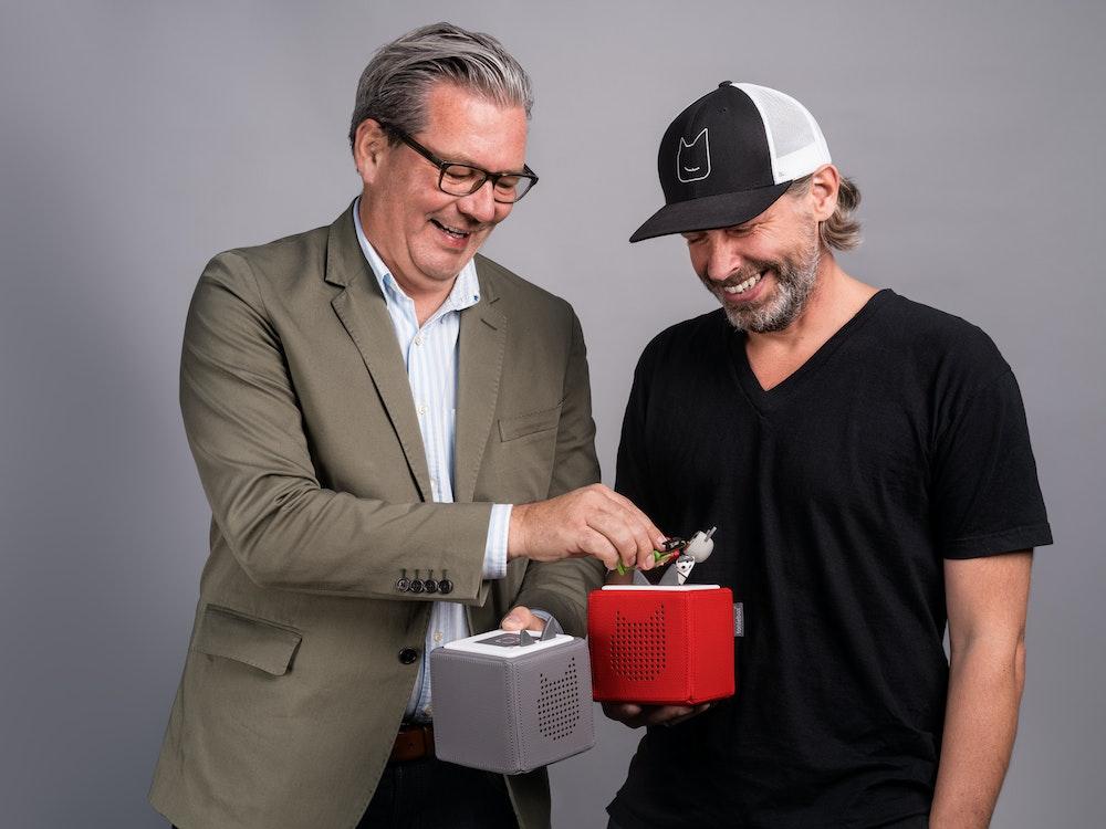 Die Toniebox-Erfinder aus Düsseldorf: Patric Faßbender und Marcus Stahl (li.) Das Foto stammt aus der offiziellen Pressemappe zur redaktionellen Berichterstattung über das Unternehmen: https://tonies.com/de-de/presse/