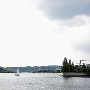 Ein Segelboot auf dem Phoenixsee in Dortmund (Archivfoto von 2016).