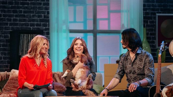 Stefanie Hertel sitzt mit ihrem Ehemann Lenny Lanner und ihrer Tochter Johanna Mross, bei einer Aufzeichnung des MDR, auf der Couch.