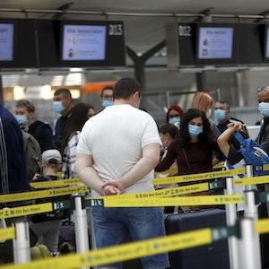 Warteschlange am Flughafen Köln/Bonn vor dem Check-in.