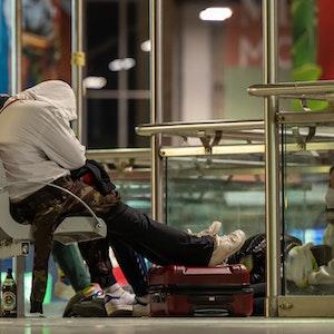 Reisende warten in den frühen Morgenstunden am Hauptbahnhof München. Auf Grund eines Streiks der Gewerkschaft der Lokführer (GDL) fallen Züge aus. Die Gewerkschaft dehnte in den Morgenstunden ihren Streik für bessere Arbeitskonditionen vom Güterverkehr auf die Personenbeförderungen aus.