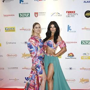 Yvonne Woelke und Micaela Schäfer bei der Verleihung der Goldenen Sonne 2021 während der Sonnenklar.TV Gala im Wunderland Kalkar.