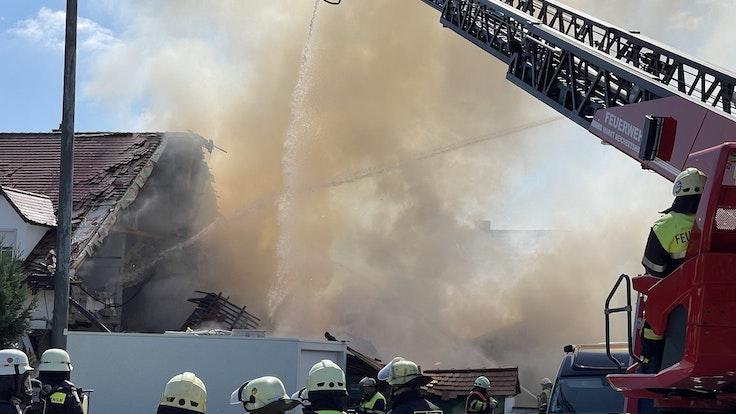 Bei der Explosion in einem Wohnhaus in Bayern ist das Gebäude eingestürzt.