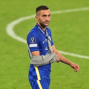 Hakim Ziyech mit einer Schulterstütze auf dem Rasen