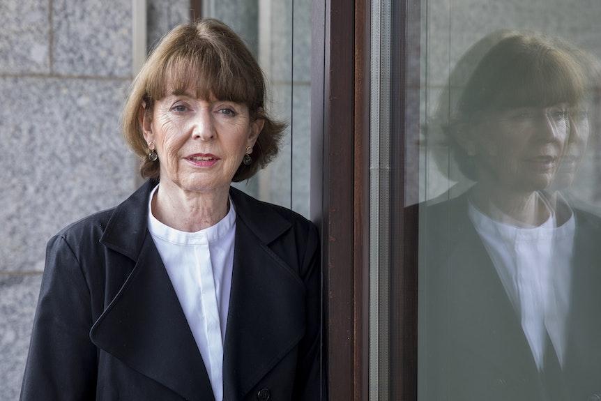 Henriette Reker schaut auf einem Balkon die Kamera. Foto von Michael Bause, honorarfrei