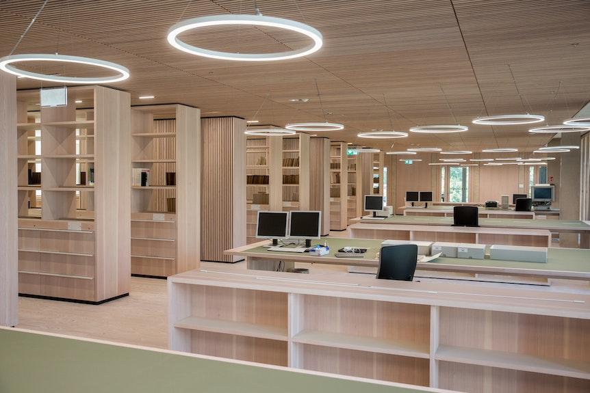 Moderne Schränke und Schreibtische mit Flachbildschirmen im neuen Historischen Archiv.
