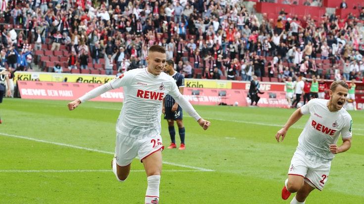 Torschütze Tim Lemperle und Louis Schaub (1. FC Köln) jubeln gegen den VfL Bochum.