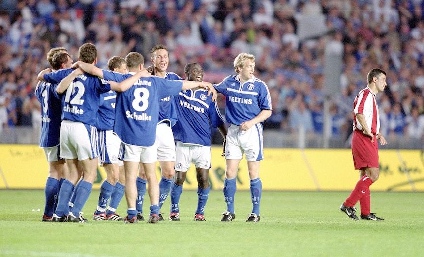 Die Schalker Spieler feiern den Pokalsieg 2001, rechts steht ein trauriger Spieler von Union Berlin.