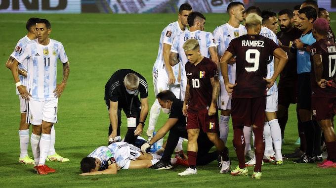 Lionel Messi muss nach einem brutalen Foul behandelt werden