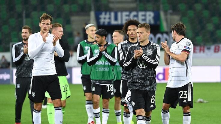 Die deutschen Spieler applaudieren nach dem Spiel in St. Gallen den Fans.