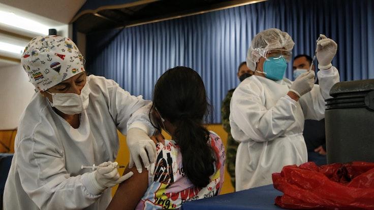 Eine Mitarbeiterin des Gesundheitswesens verabreicht in Bogotá (Kolumbien) einer Jugendlichen Ende August eine Corona-Impfung. Die erstmals in Kolumbien aufgetretene Coronavirus-Variante Mu ist auf einem beunruhigenden Vormarsch.