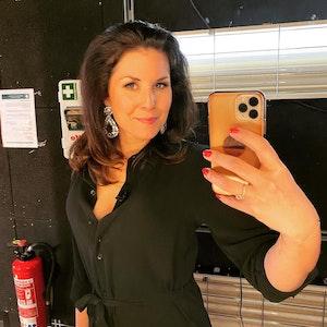 Vanessa Blumhagen posiert vor einem Spiegel für ein Selfie.