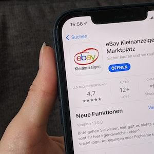 Die App Ebay-Kleinanzeigen ist auf dem Handy zu sehen.