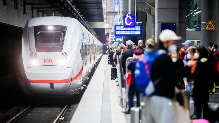 Die Deutsche Bahn kooperiert mit Aldi – der Discounter bietet Tickets für 49,90 Euro an. Unser Foto zeigt einen ICE, der in den Berliner Hauptbahnhof einfährt.