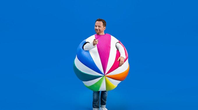 Ralf Schmitz steckt in einem Ball, dem Sat.1-Logo.