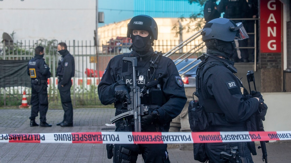 Bei einer Razzia gegen Rockerkriminalität hat die Polizei am Donnerstagmorgen in mehreren Städten an Rhein und Ruhr mindestens 20 Gebäude durchsucht.