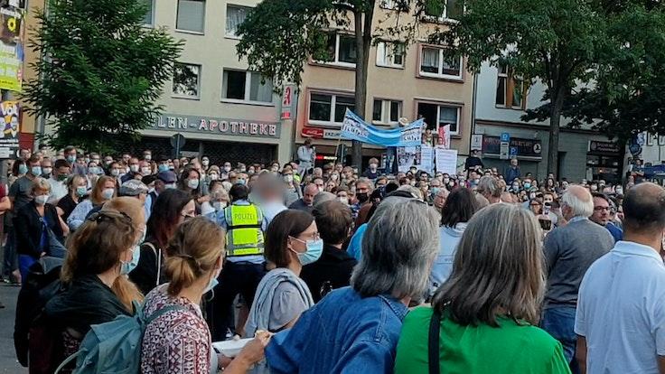 Ein Anhänger einer Querdenker-Bewegung wird während der Wahlkampfrede von Annalena Baerbock am 02.09.2021 in Köln-Nippes des Platzes verwiesen.